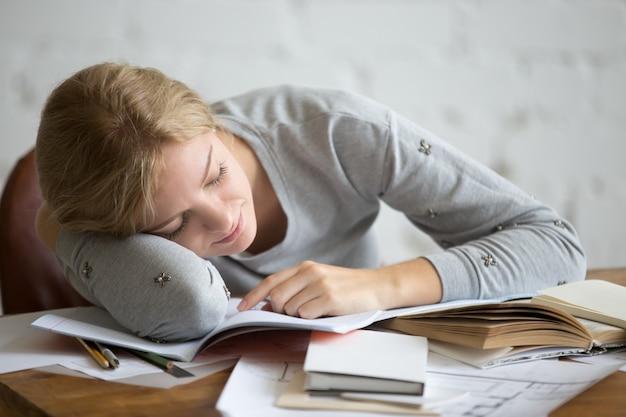 Портрет студенческой девушки, спать на столе Бесплатные Фотографии