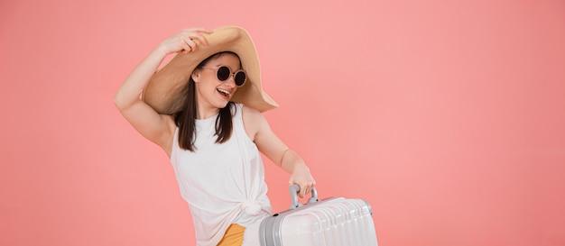Портрет стильной молодой женщины в шляпе с чемоданом Бесплатные Фотографии