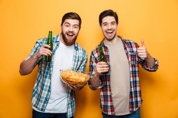 Портрет двух счастливых молодых людей Premium Фотографии