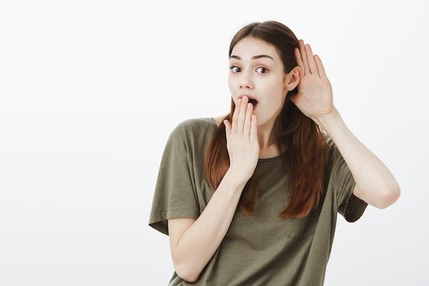 濃い緑色のtシャツを着た女性の肖像画 無料写真