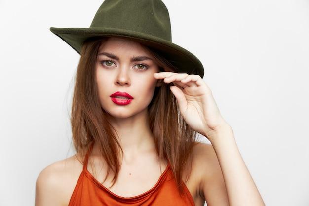 孤立した帽子をかぶった女性の肖像画 Premium写真