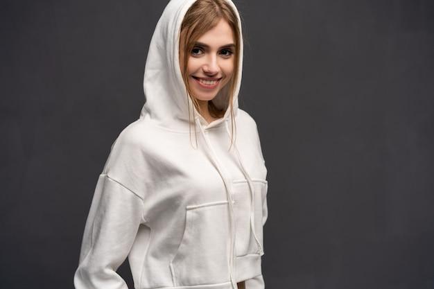 灰色のフーディの女性の肖像画。 Premium写真