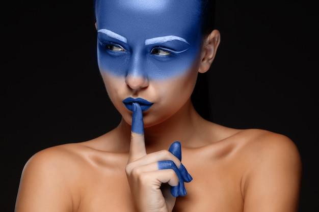 Портрет женщины позируют покрыты синей краской Бесплатные Фотографии