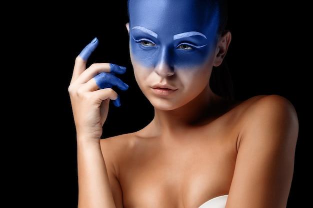 Портрет позирующей женщины покрыт синей краской Бесплатные Фотографии