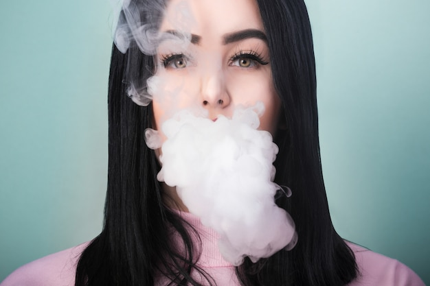 電子タバコを吸う女性の肖像画 Premium写真