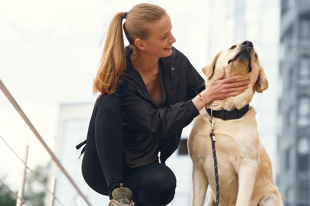 彼女の美しい犬を持つ女性の肖像画 無料写真
