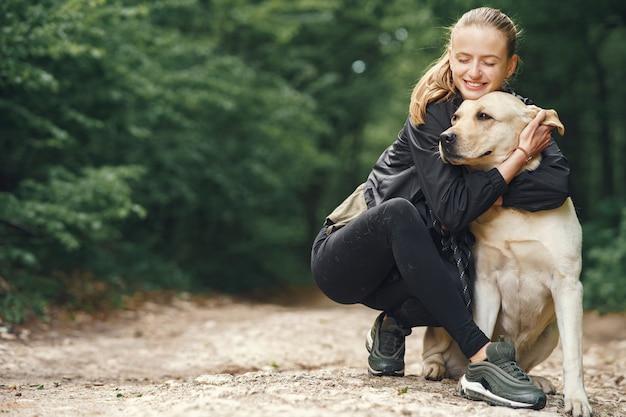 그녀의 아름다운 강아지와 여자의 초상화 무료 사진
