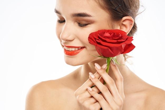 彼女の唇に赤い口紅を持つ女性の肖像画 Premium写真