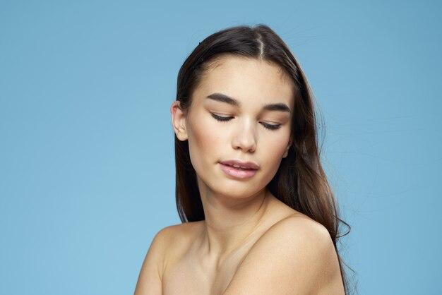青色の背景に若い美しさの少女の肖像画 Premium写真