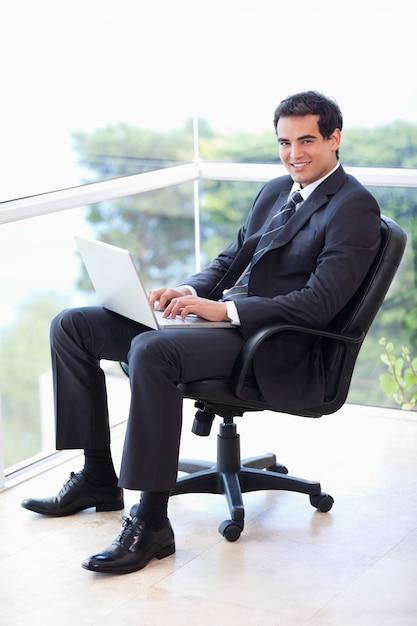 фото респектабельного мужчины сидящего в кресле призвала всех