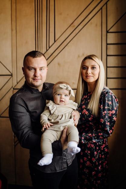 若い家族の肖像画 無料写真