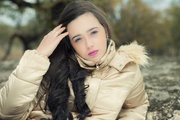 신중하게 카메라를 찾고 젊은 여성의 초상화 무료 사진