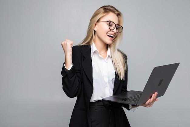 Портрет молодой женщины счастливы бизнес с ноутбуком с жестом победы Бесплатные Фотографии