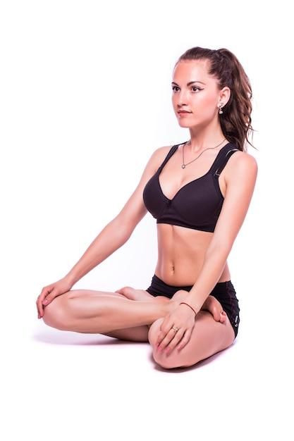 Портрет молодой здоровой женщины, делающей упражнения йоги, изолированные на белом фоне Бесплатные Фотографии