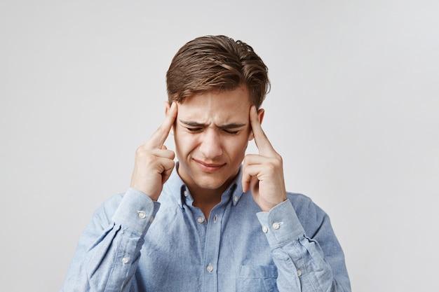Портрет молодого человека с ужасной головной болью. Бесплатные Фотографии