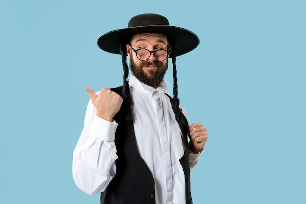 Портрет молодого ортодоксального еврея на празднике пурим. праздник, праздник, иудаизм, традиции, концепция религии. Бесплатные Фотографии