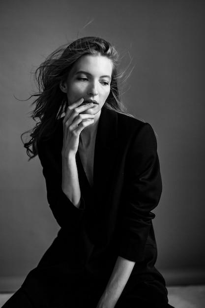 灰色の壁に若い女性の肖像画 Premium写真