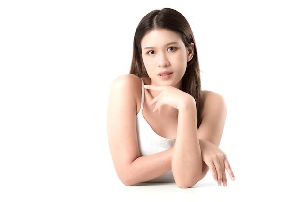 長い髪の若い女性の肖像画 Premium写真