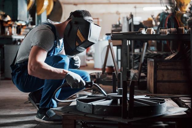Портрет молодого рабочего на большом металлообрабатывающем заводе. Бесплатные Фотографии