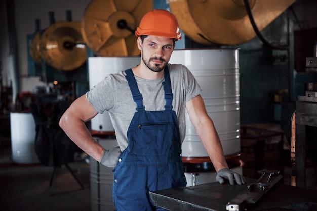 Портрет молодого рабочего в каске на крупном предприятии по переработке отходов. Бесплатные Фотографии