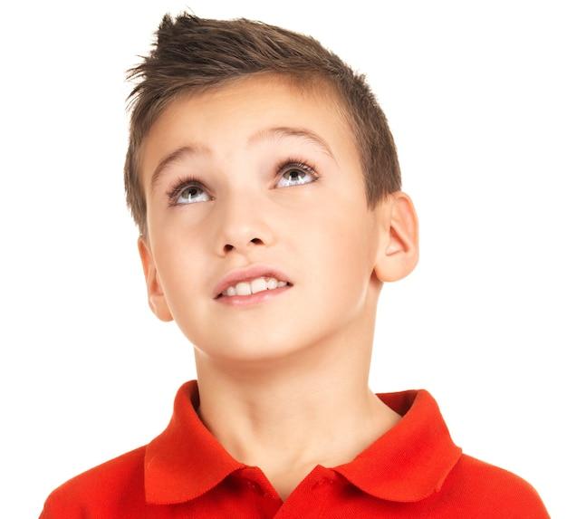 Портрет очаровательного мальчика смотря вверх. изолированные на белом Бесплатные Фотографии