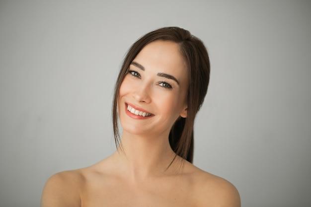 완벽 한 피부를 가진 성인 갈색 머리 여자의 초상화입니다. 스킨 케어 컨셉 무료 사진