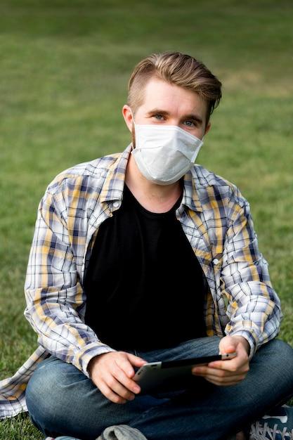 Портрет взрослого мужчины позирует с маской для лица Бесплатные Фотографии