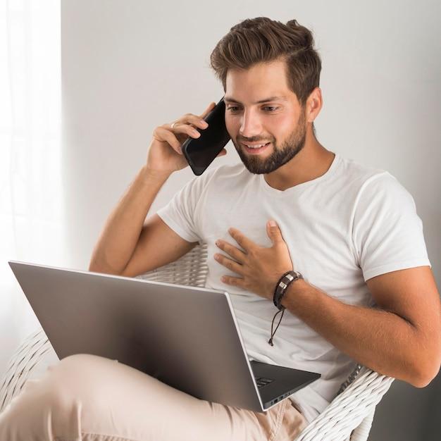 Портрет взрослого мужчины, работающего дома Premium Фотографии