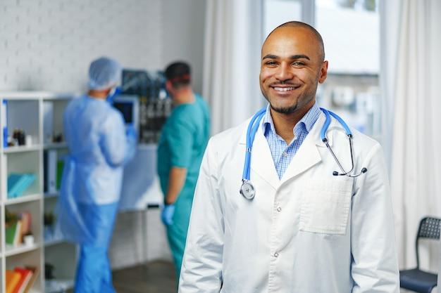 병원에서 아프리카 계 미국인 의사의 초상화를 닫습니다. 프리미엄 사진