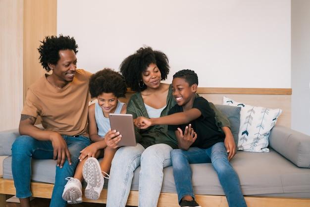 自宅でデジタルタブレットと一緒にselfieを取るアフリカ系アメリカ人の家族の肖像画。家族やライフスタイルのコンセプトです。 無料写真