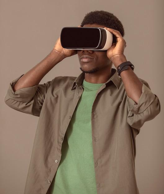 バーチャルリアリティヘッドセットを使用してアフリカ系アメリカ人の男の肖像画 無料写真