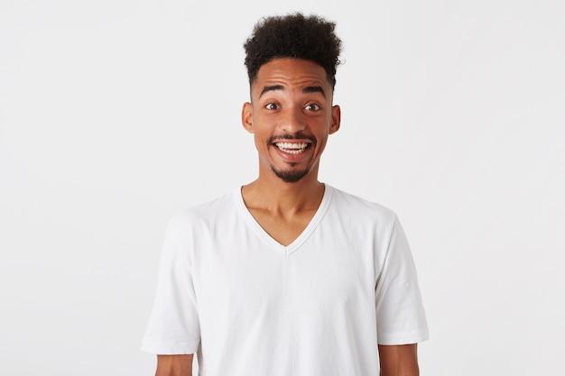 驚いた興奮したアフリカ系アメリカ人の若い男の肖像画 無料写真