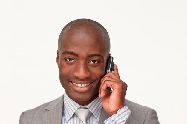 携帯電話で話すアフロアメリカ人の肖像画の肖像 Premium写真