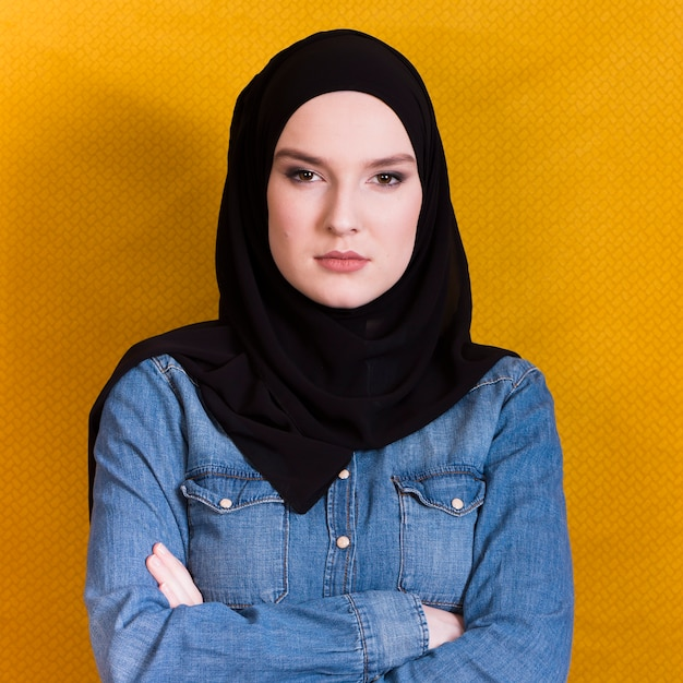 腕を組んで怒っているイスラム教徒の女性の肖像画 Premium写真