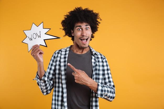 Портрет возбужденного счастливого африканского человека, указывающего пальцем Бесплатные Фотографии