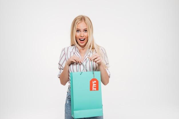 Портрет взволнованной счастливой красивой женщины Бесплатные Фотографии