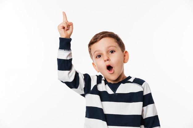 손가락을 가리키는 흥분된 스마트 작은 아이의 초상화 무료 사진