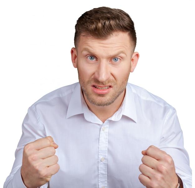 怒っている若い男の肖像 Premium写真