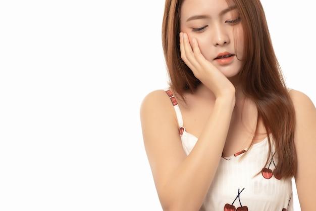 Портрет азиатской женщины страдая от боли зубной боли на белой предпосылке, женщины с зубной болью; концепция стоматологической помощи; закройте вверх по азиатской модели женщины. Premium Фотографии