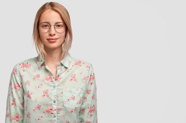 유행 여름 블라우스를 입은 매력적인 여성 모델의 초상화 무료 사진