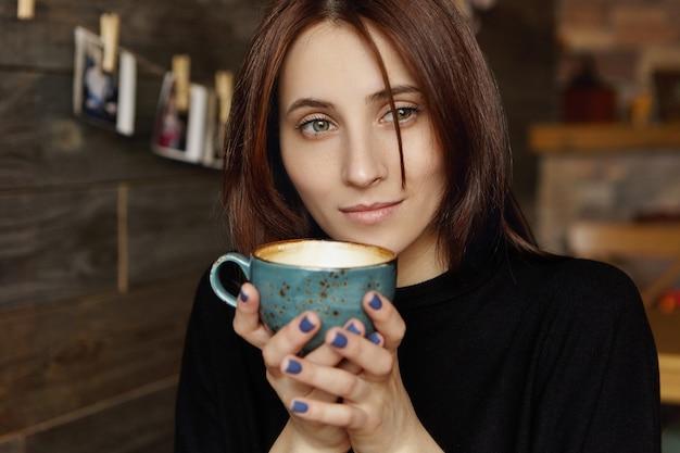 思慮深い夢のような表情を持つ魅力的な若い単一のブルネットの女性の肖像画 無料写真