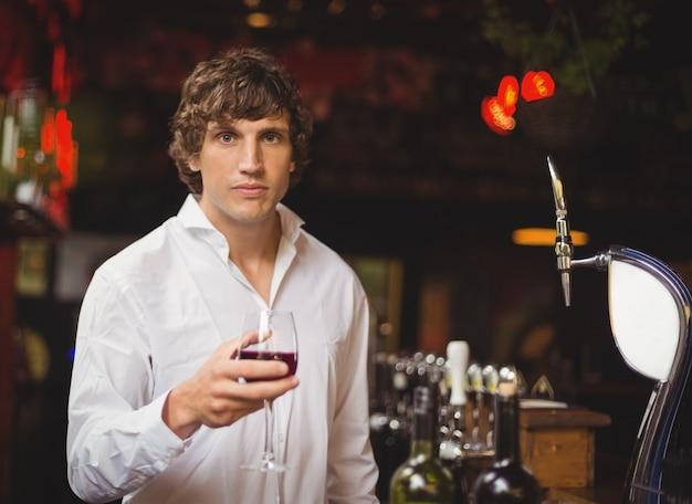 Портрет бар тендера с бокалом красного вина Бесплатные Фотографии