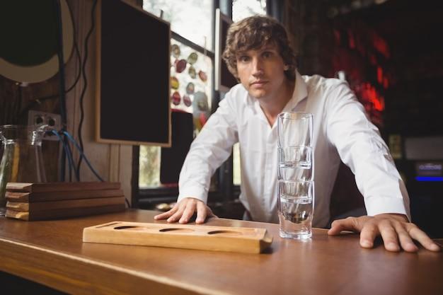 Портрет бармена за барной стойкой Бесплатные Фотографии