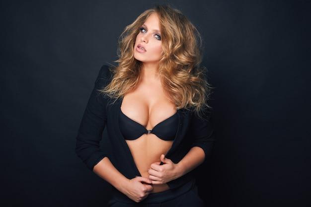 黒の背景に美しい金髪のセクシーな女性の肖像画 無料写真