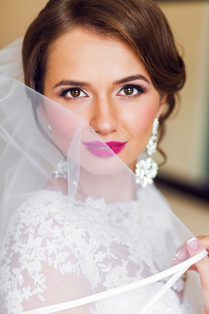 明るい白いウェディングドレスで美しい花嫁の肖像画を占めています。 無料写真