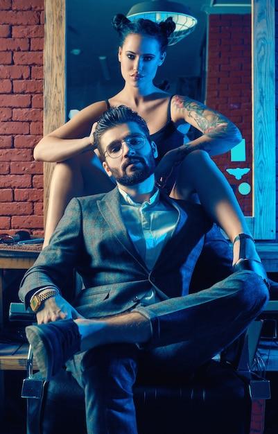 Портрет красивой пары в парикмахерской Premium Фотографии