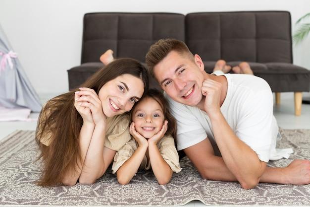 집에서 포즈를 취하는 아름 다운 가족의 초상화 프리미엄 사진