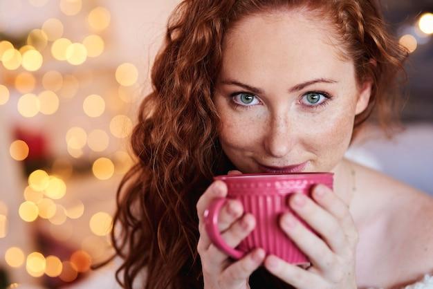 お茶やコーヒーを飲む美しい少女の肖像画 無料写真