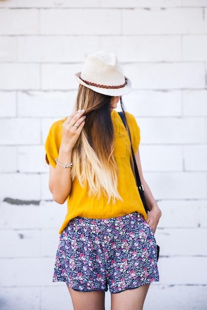 屋外、ファッション、スタイルの帽子の美しい少女の肖像画 Premium写真