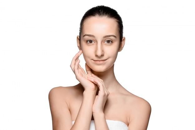 健康な肌で顔をなでる美しい少女の肖像画 無料写真
